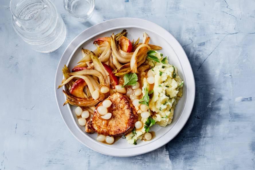 Filetlapjes met uienjus, aardappel-selderijpuree & witlof