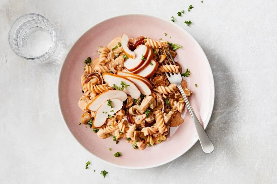 Pasta-stroganoff met champignons & gerookte kip