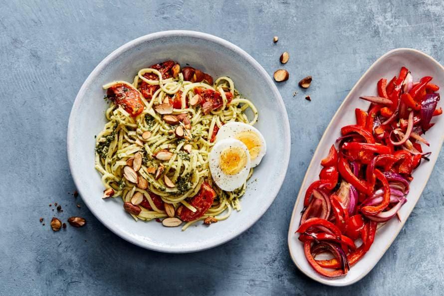 Spaghetti met pesto, zachtgekookt ei & tomaten-paprikasalade
