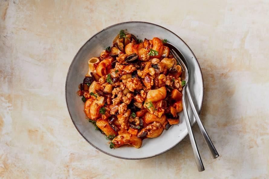 Mediterrane pasta met worst, aubergine & olijven