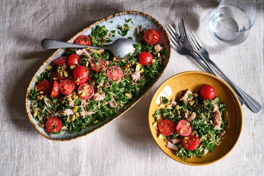 Rijstsalade met kruiden, tonijn en pistachenoten