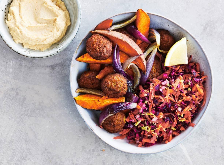 Zoete aardappel met falafel & knapperige rauwkostsalade