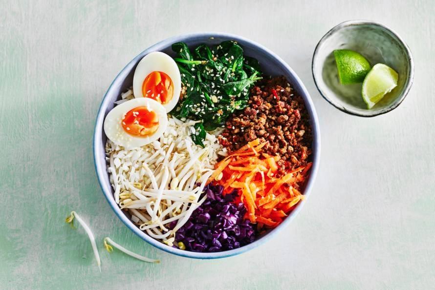 Aziatische bloemkoolrijstbowl met rodekool & spinazie