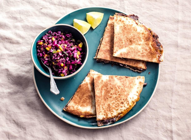 Quesadilla's met zwartebonenpuree & maissalade