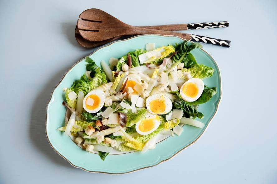 Caesarsalade met witte asperges