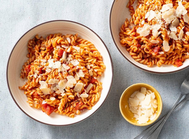 Fusilli met tomaat, verse kruiden en Parmezaan