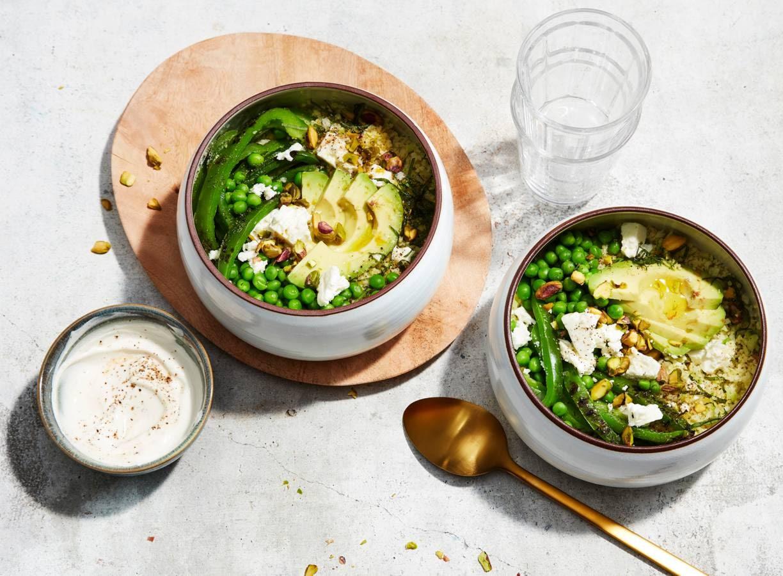 Groene bowl van broccolirijst met avocado en pistache