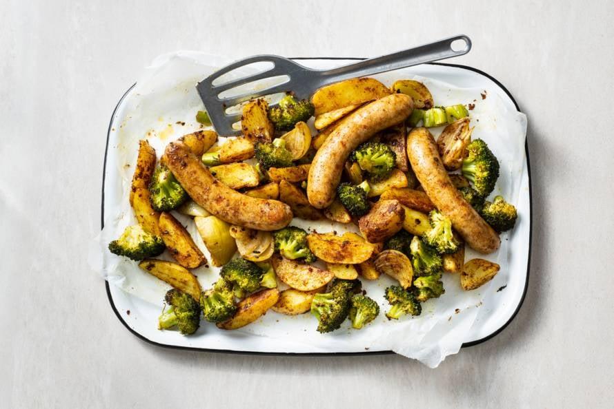 Traybake met braadworst, broccoli en ras el hanout