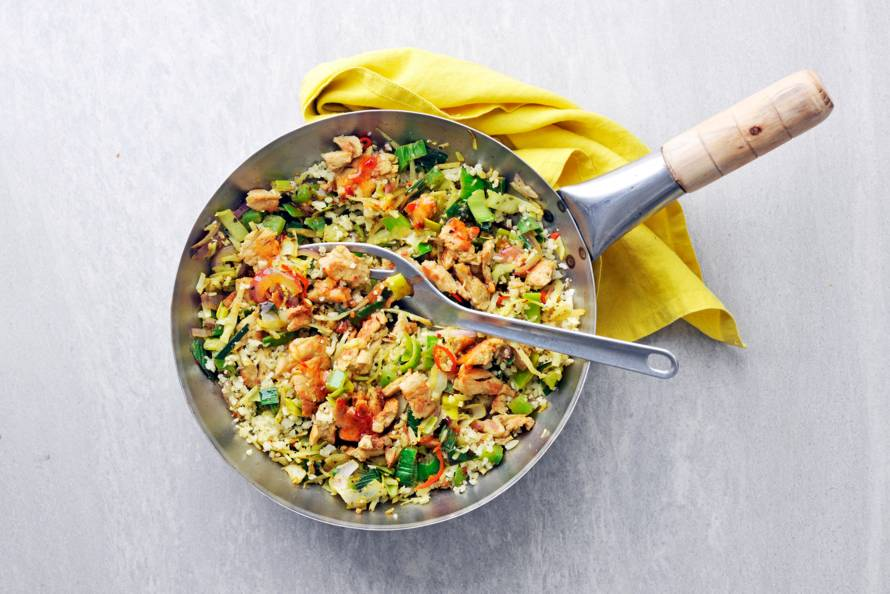 Vegetarische wokschotel met bloemkoolrijst en sweet chilisaus