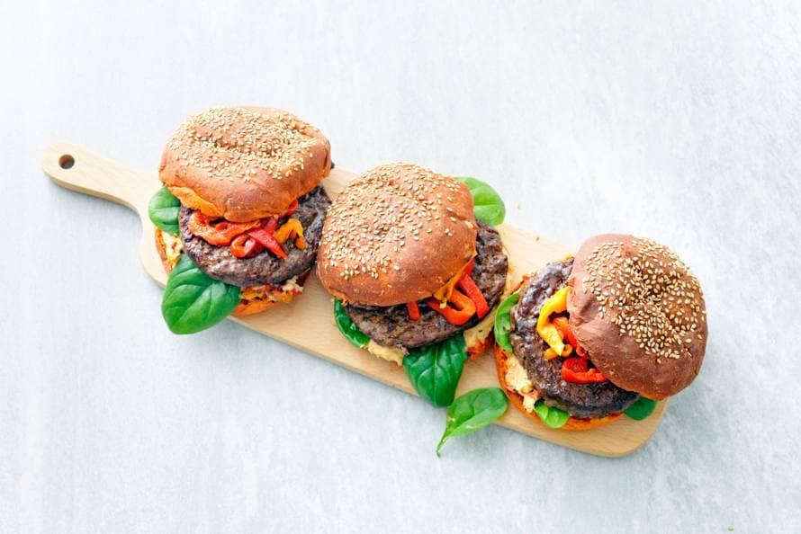 Beefburger met hummus en spinazie