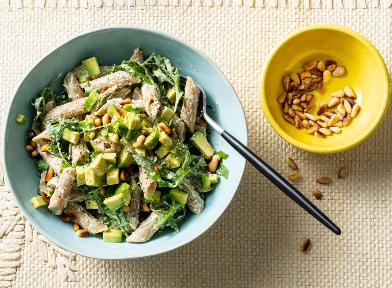 Gezonde pastasalade met cottagecheese, avocado en pijnboompitten