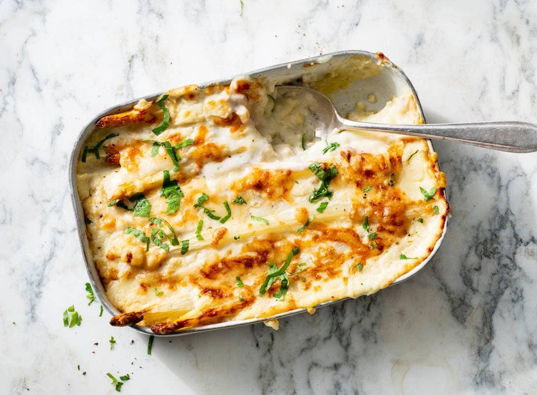 Witte asperges ovenschotel met carbonara-saus