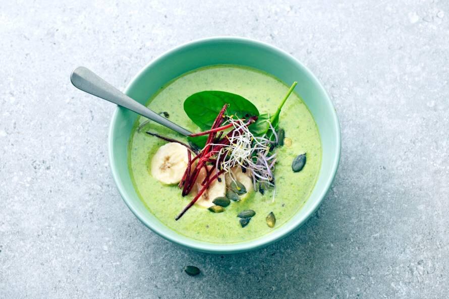 Hartige smoothiebowl met spinazie, biet en kiemgroente