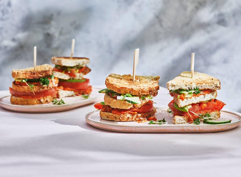Vegan clubsandwich met groentespread & rauwkost