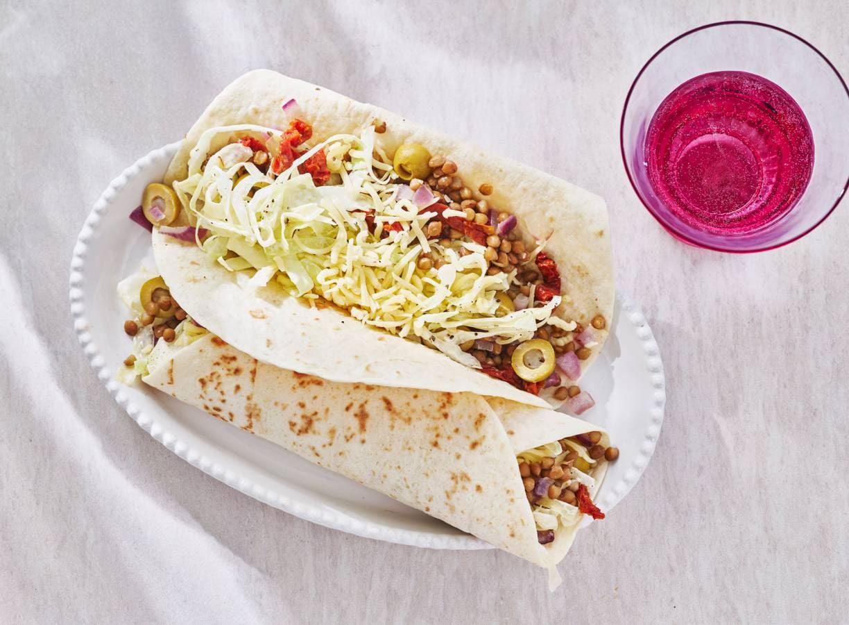 Burrito met gebakken linzen & romige spitskoolsalade