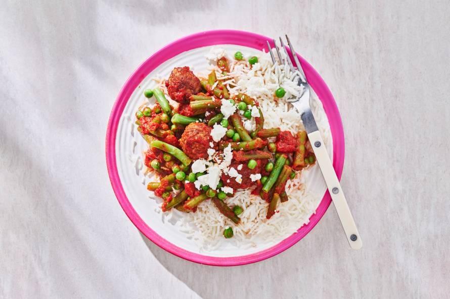Rijst met vega balletjes, sperziebonen & tomatensaus