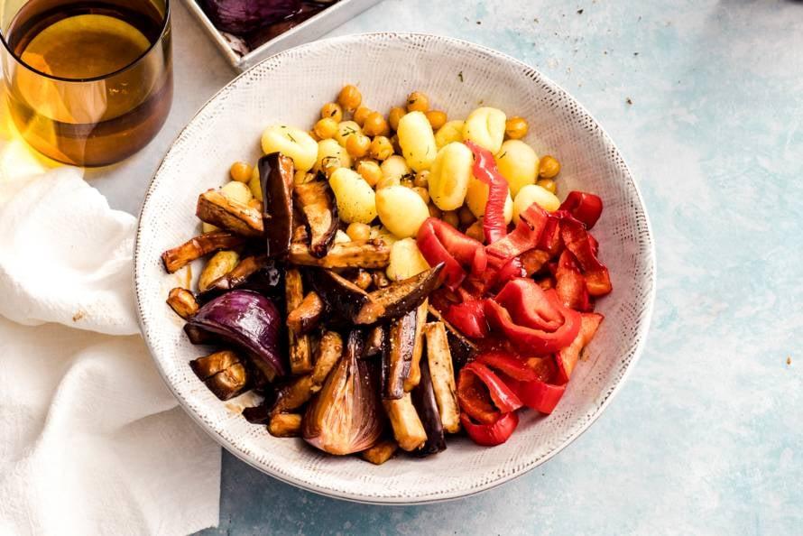 Traybake met kikkererwten, gnocchi & aubergine
