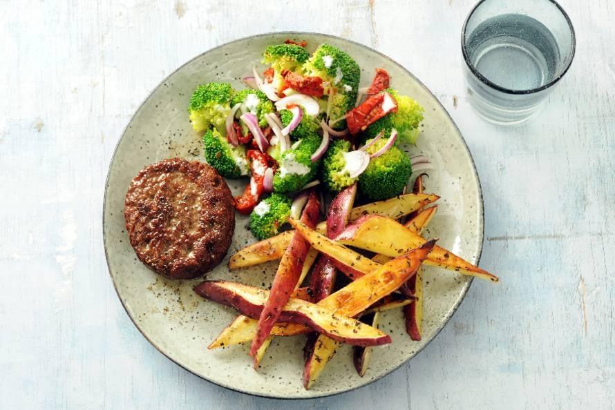 Beefburger met zoete-aardappelfrites en broccolisalade
