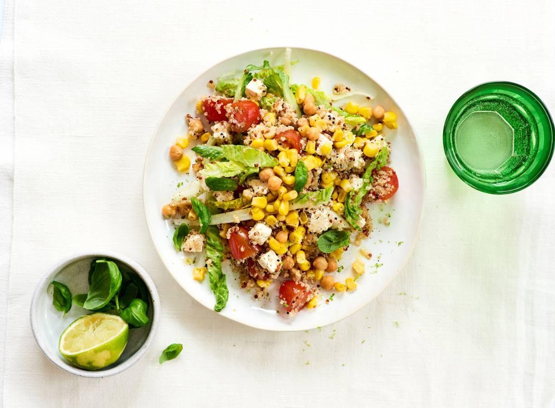 Quinoa-maissalade met kikkererwten, tomaten en witte kaas