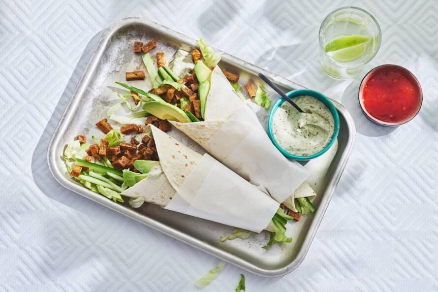 Wraps met tofu en vegan avocado-muntcream