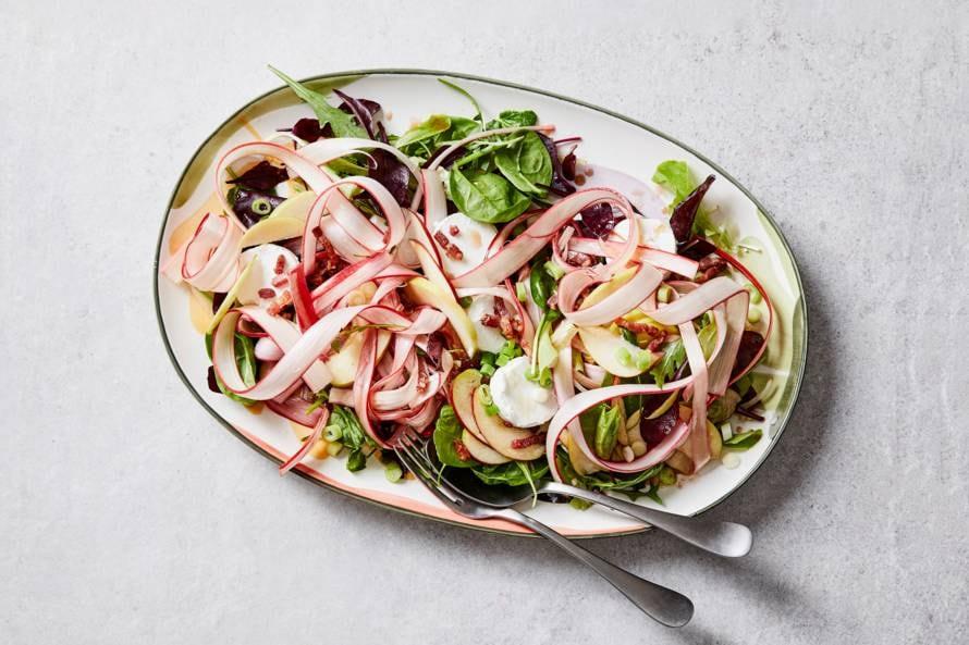 Salade met rabarber, geitenkaas en spekjes