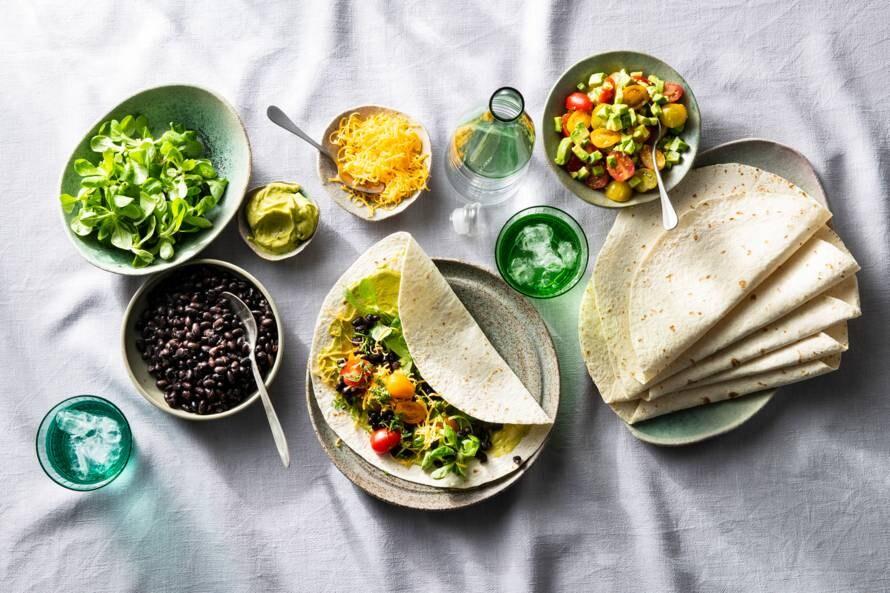 Tortillawraps met zwartebonen, avocadomascarpone en tomaat