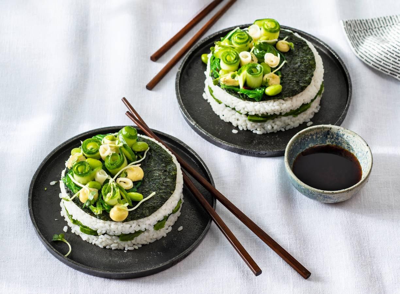 Vegetarisch taartje van sushi met avocado en edamame