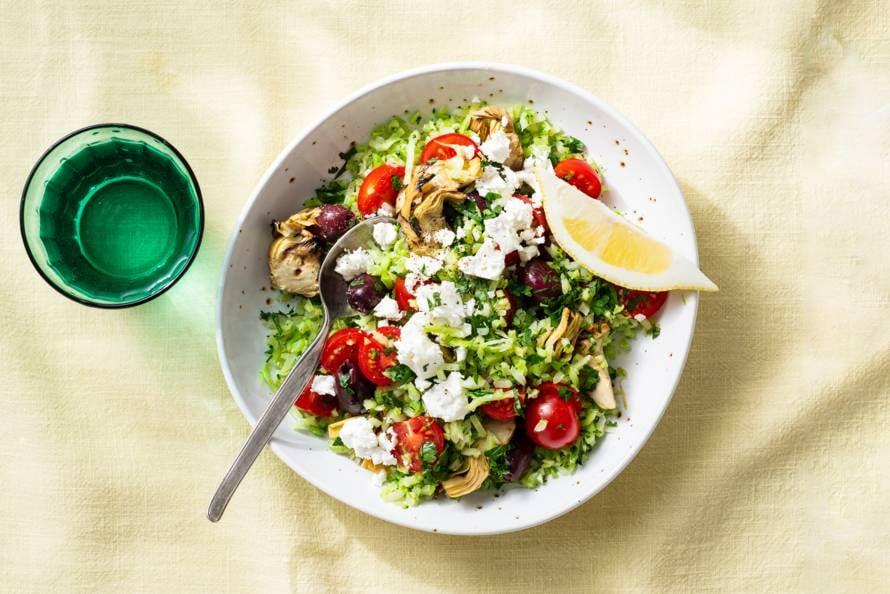 Kleurrijke salade met broccolirijst en feta
