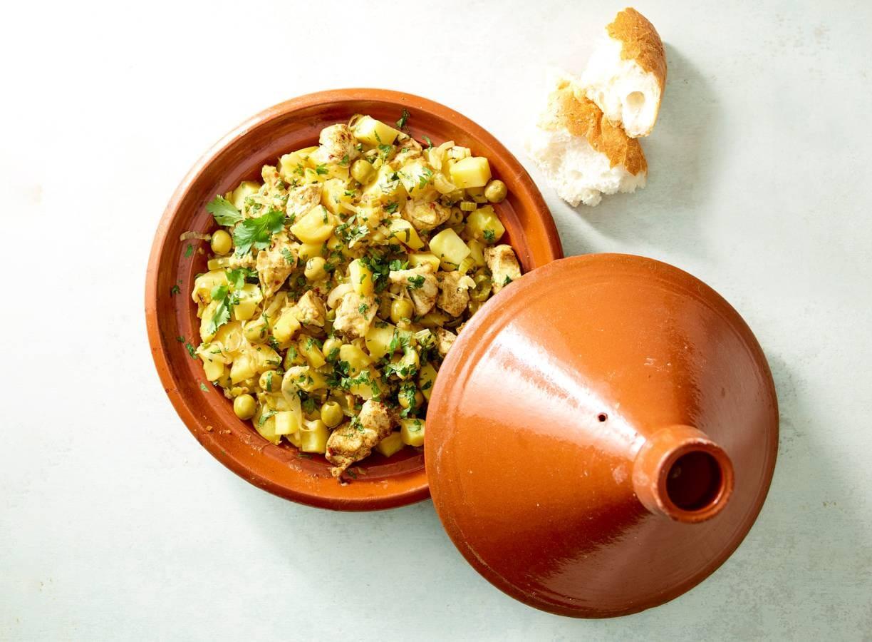 Tajine van kip, citroen, aardappel en olijven