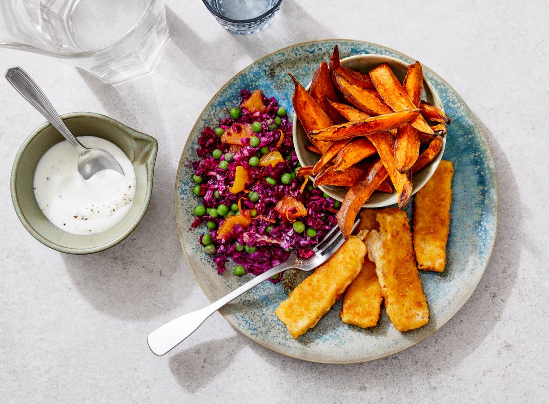 Vissticks met aardappelfriet, kool-erwtensalade & yoghurtdip