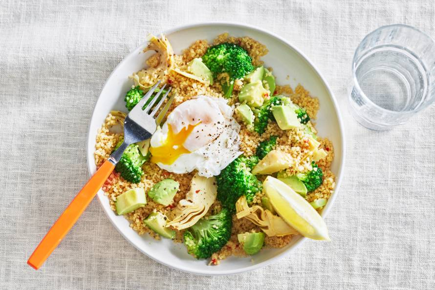 Couscoussalade met artisjok, broccoli & gepocheerd eitje