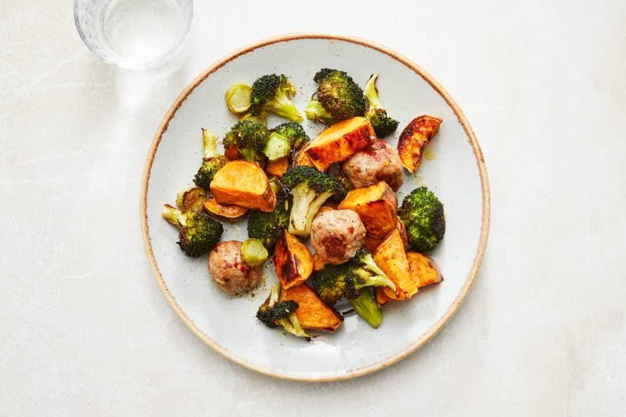 Geroosterde broccoli met zoete aardappel en worst
