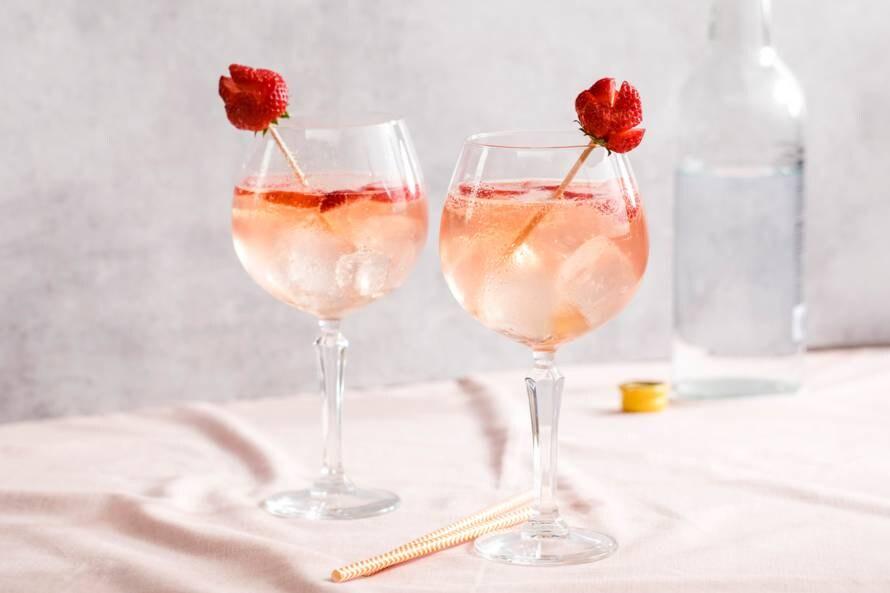Gin tonic met aardbeien en vlierbloesem
