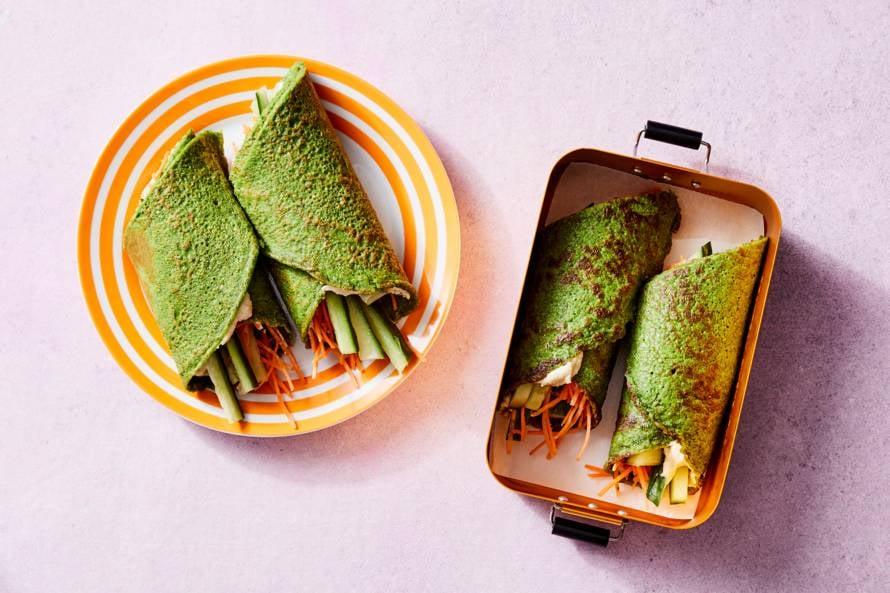 Groene pannenkoeken met hummus en wortel