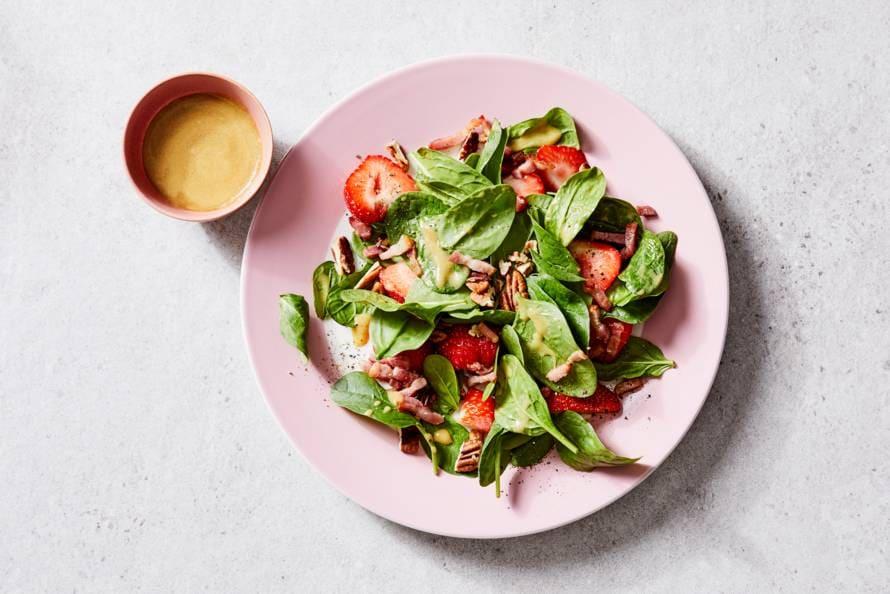 Salade met spinazie, aardbei en spekjes