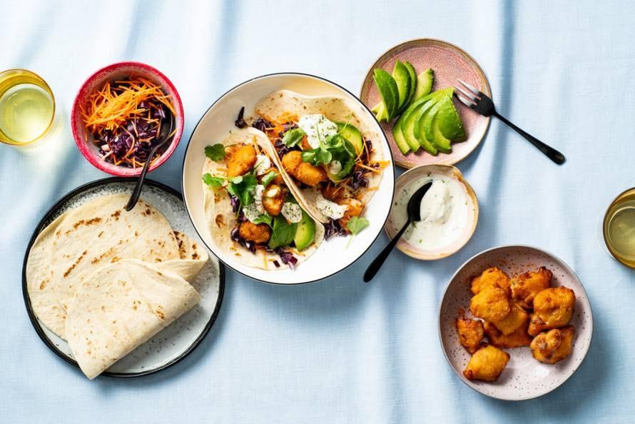 Taco's met kibbeling, rodekool & alliolidressing