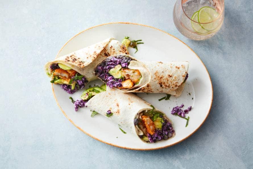 Tortilla met koolsalade, bonen & vissticks