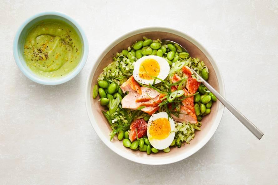 Brocollirijstbowl met zalm en avocadosaus