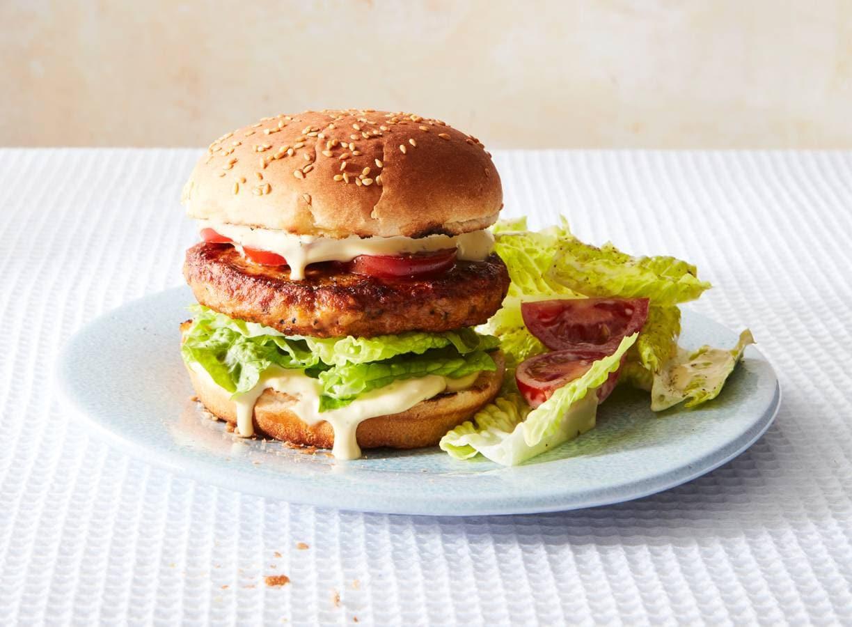 Broodje kipburger met sla, tomaat & caesardressing