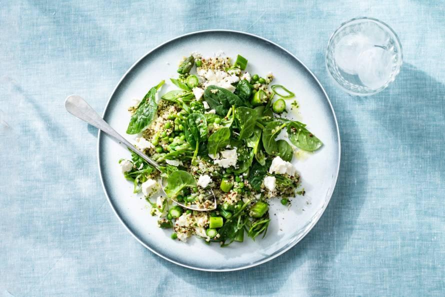 Spinazie-quinoasalade met groene asperges, tuinerwten & witte kaas