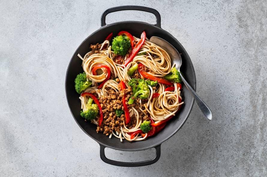 Eenpansnoedels met broccoli en paprika