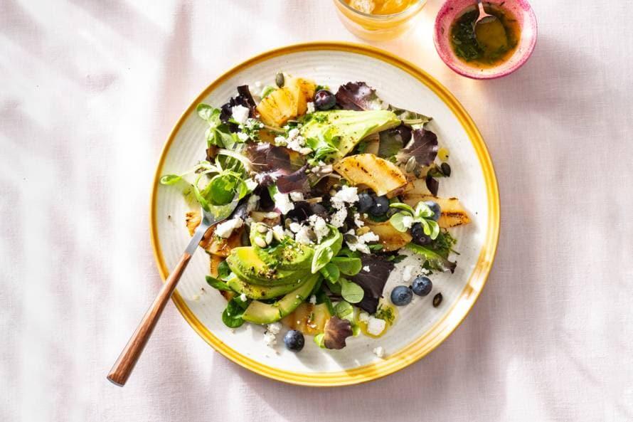 Gegrilde ananassalade met avocado, geitenkaas en limoendressing