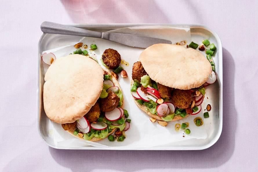 Pita falafel met avocado-yoghurtsaus