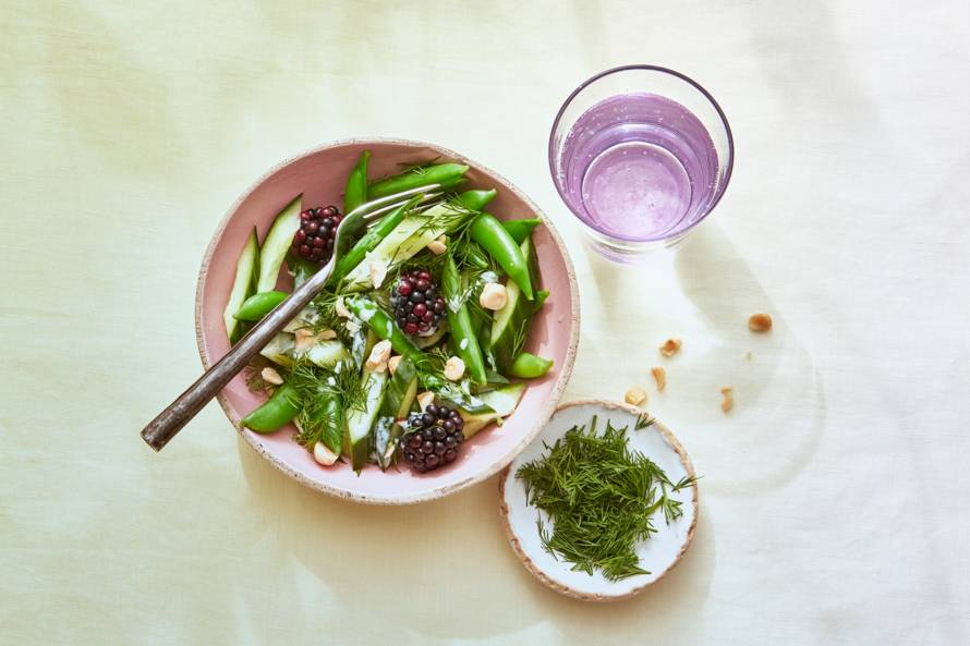 Salade met sugarsnaps en bramen