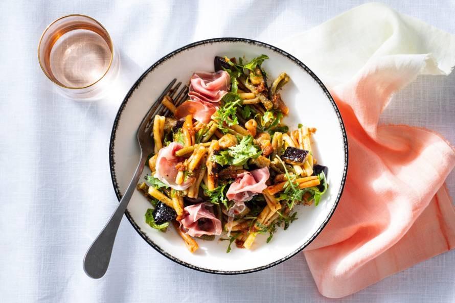 Pastasalade met aubergine en rauwe ham