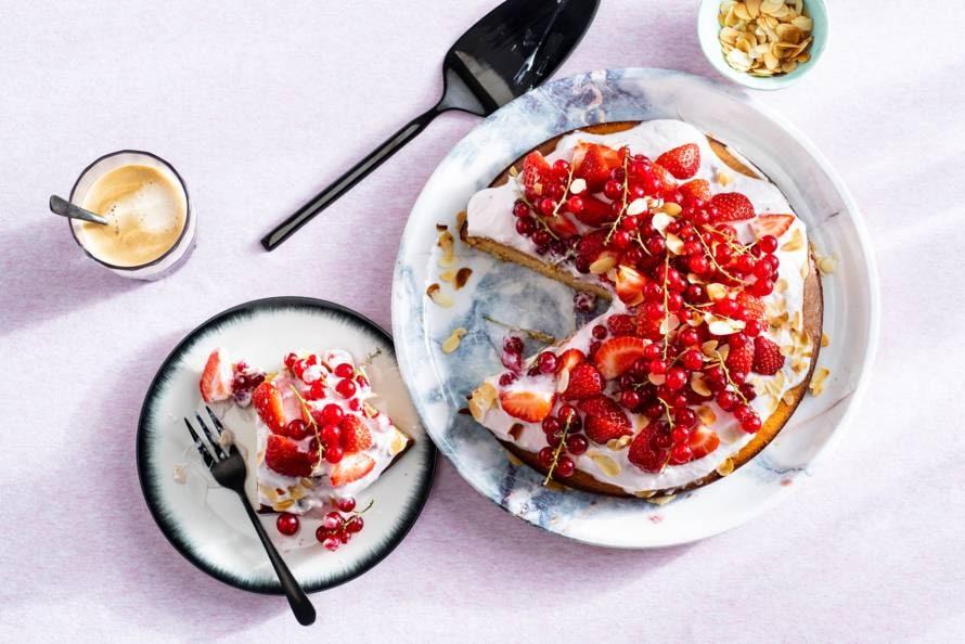 Amandelcake met aardbeienkwark en vers fruit