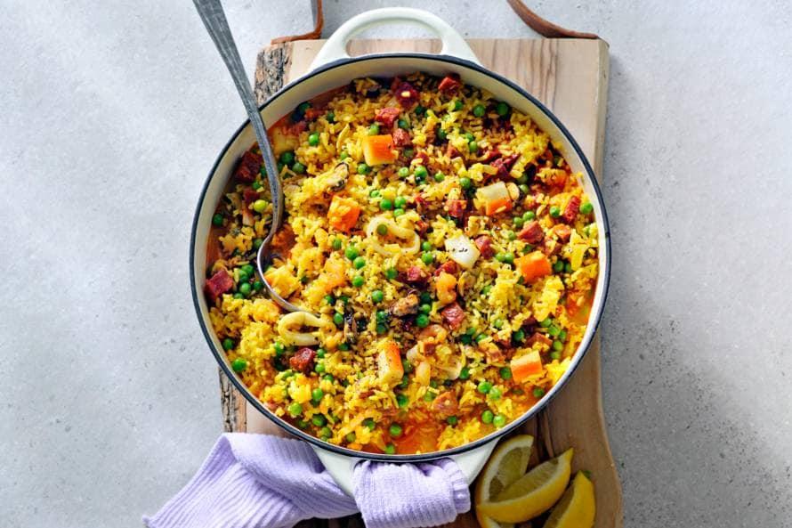 Eenpans paella met chorizo en zeevruchten