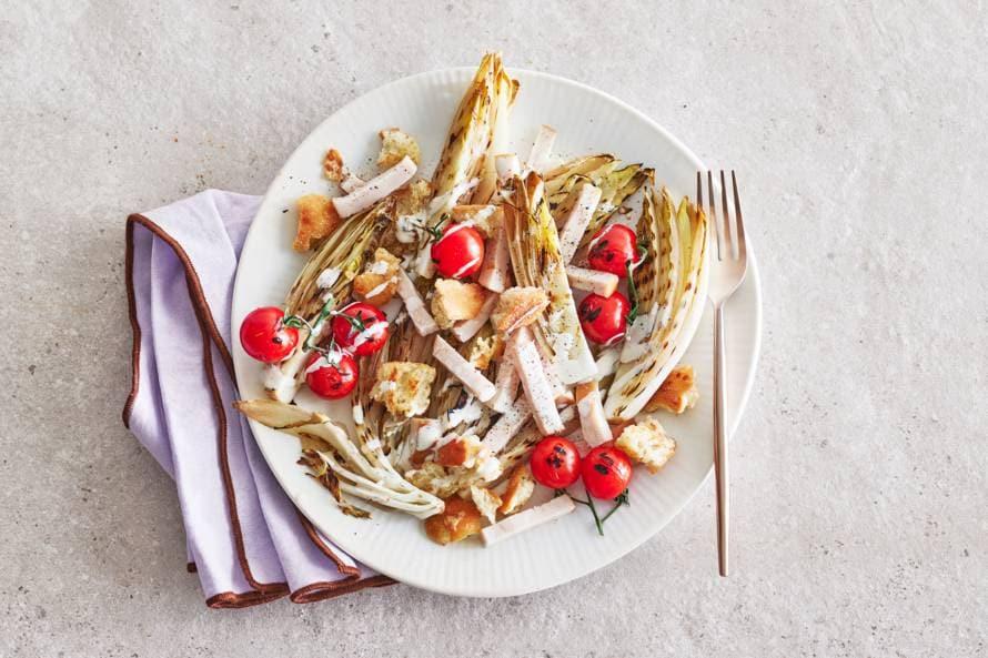Gegrilde-witlofsalade met gerookte kip en kaascroutons