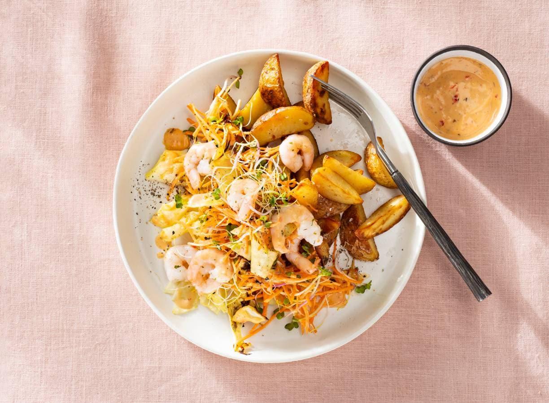 Geroosterde spitskoolsalade met garnalen en aardappeltjes