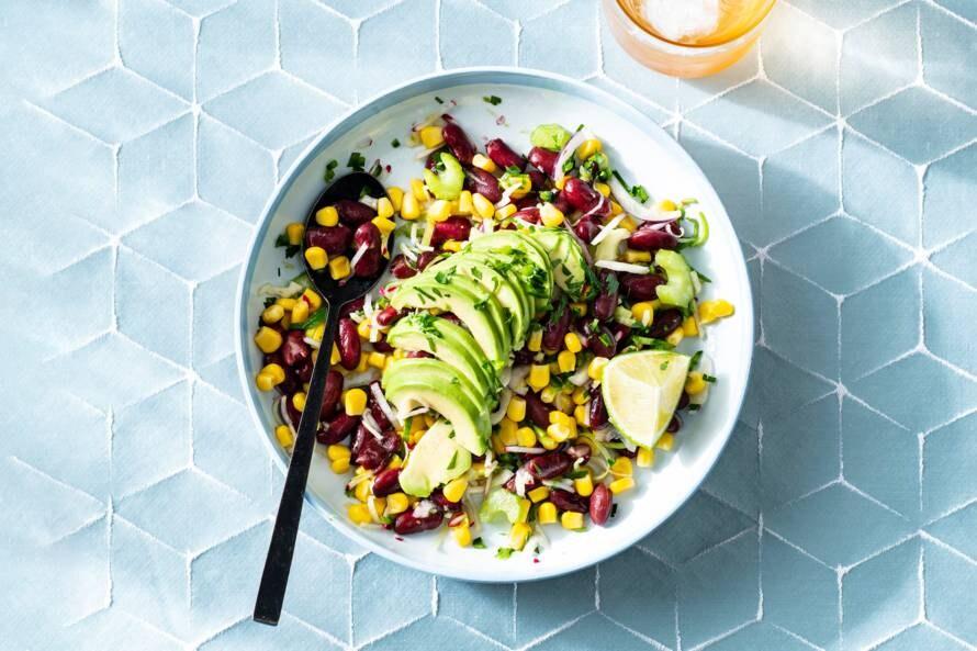 Mexicaanse bonensalade met mais, avocado en honing-jalapenodressing